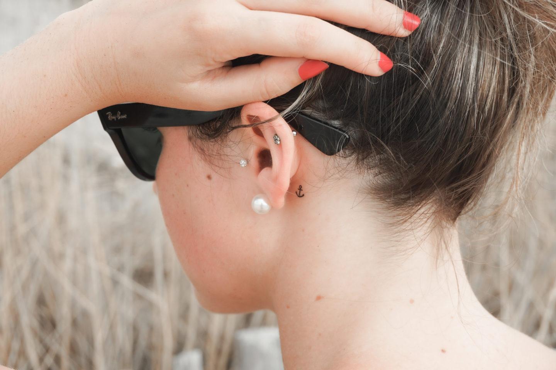 tatouage petite ancre oreille